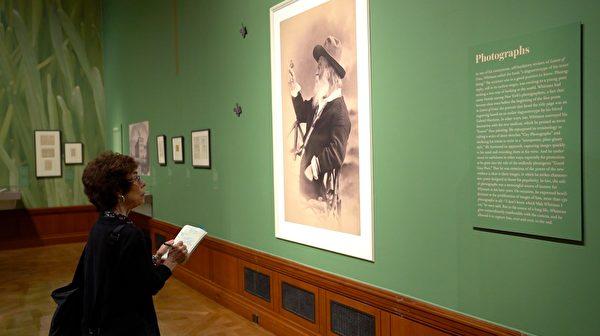 """纽约摩根图书馆与博物馆""""沃尔特·惠特曼:民主诗人""""(Walt Whitman, The Bard of Democracy)展览。(宋昇桦/新唐人电视台)"""