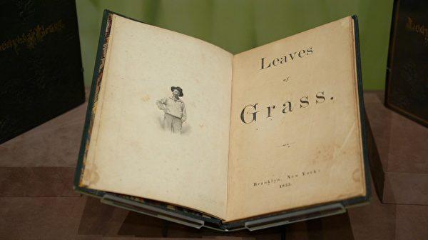 惠特曼《草葉集》1855年初版,正在摩根圖書館與博物館展出。(宋昇樺/新唐人電視台)