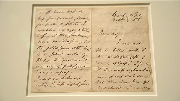 著名作家愛默生1855年寫給惠特曼的親筆信,正在紐約摩根圖書館與博物館展出。(宋昇樺/新唐人電視台)