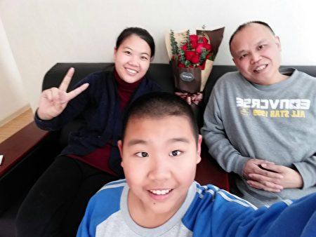 余文生律师和妻子儿子合照。(许艳提供)