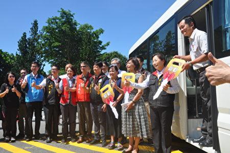 為迎接暑期觀光熱潮,花蓮縣東海岸郵輪式列車21日舉行啟動通車記者會,並於22日開出首班列車。