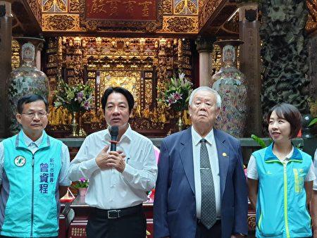 赖清德(左二)发表谈话,左一为议员曾资程,右二天公坛主委,右一议员李妍慧