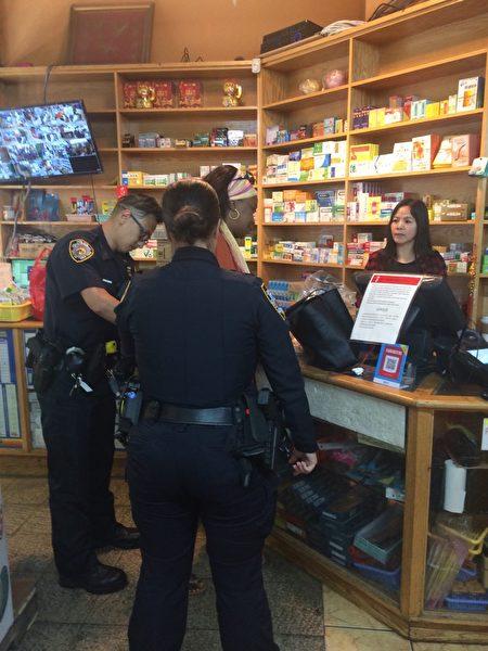 五分局员警将非裔女贼戴上手铐后,押上警车带走。