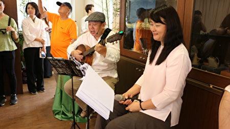 大同技術學院二年級學生魏同學(右)與友人唱茶詩,友人以吉他彈唱,營造茶席很不一樣的氣氛。