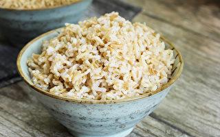 糙米營養豐富,富含膳食纖維,但不是所有人都適合吃。(Shutterstock)
