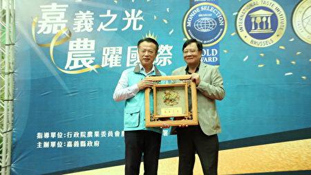 """嘉义县长翁章梁(左)亲自颁奖给旺莱山董事长刘家发""""嘉义之光""""奖牌。"""