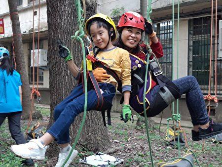 竹女会前会长何欣桦带着孙子共享攀树乐趣。