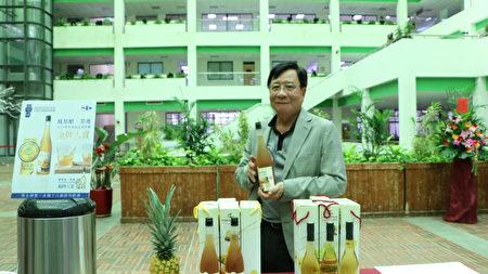 旺莱山董事长刘家发在摊位旁,展示全台首座得金奖凤梨醋。