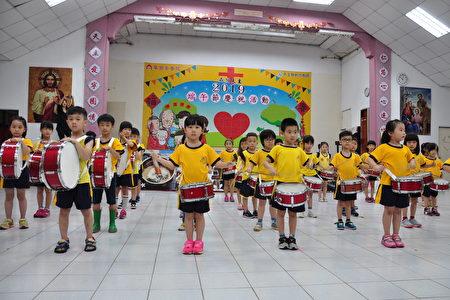 博愛幼兒園的小朋友振奮人心的太鼓表演