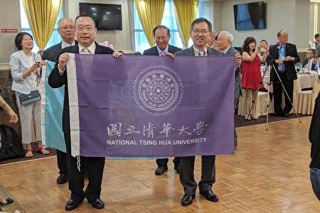 校聯會會長李賢治於年會上宣布,清華大學校友會正式加入該會。圖為清華大學校旗。