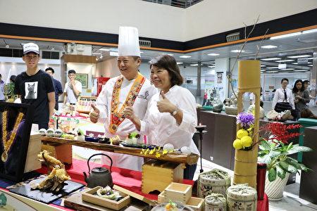 嘉義市長黃敏惠帶領媒體們走訪嘉義百大品牌代表攤位,由市長黃敏惠一一介紹嘉義代表性的品牌特色。
