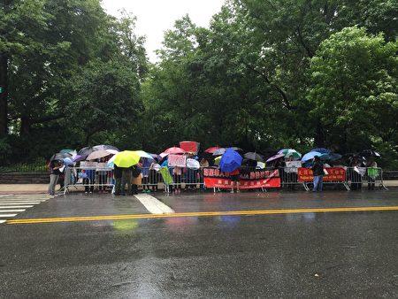 6月13日紐約一些亞裔家長冒雨在市長官邸外抗議取消特殊高中考試計畫。