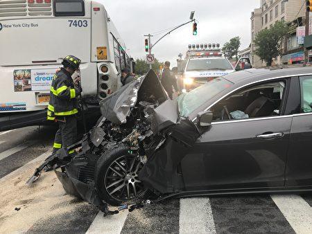 追尾撞公交车,玛莎拉蒂(Maserati)车头被撞毁,面目全非。