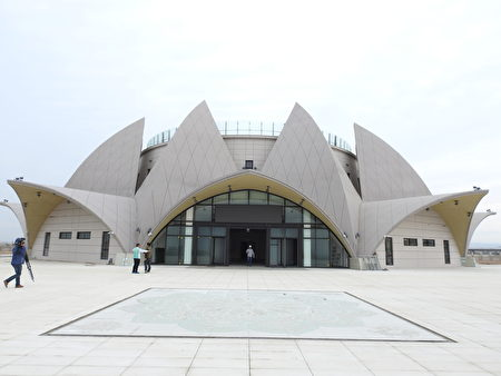 台中市议员吴敏济表示只要编列3595万在基座的一、二楼建构沙雕美术馆,就不会让已经花了6亿的妈祖雕像基座成为蚊子馆。