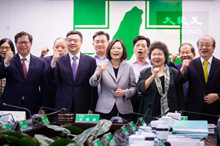 民进党中执会19日正式公告提名总统蔡英文(前中)为民进党第15届总统提名参选人。