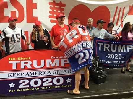 6月18日100多人紐約華人及個族裔在川普大廈對面冒雨舉行集會支持川普2020連任。