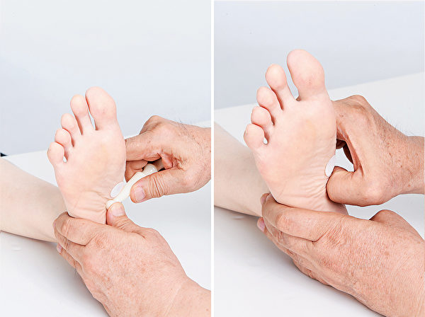 胰臟反射區,按摩棒順肌肉紋理由下而上推,反應物較硬時用拇指扣壓。(商周出版提供)