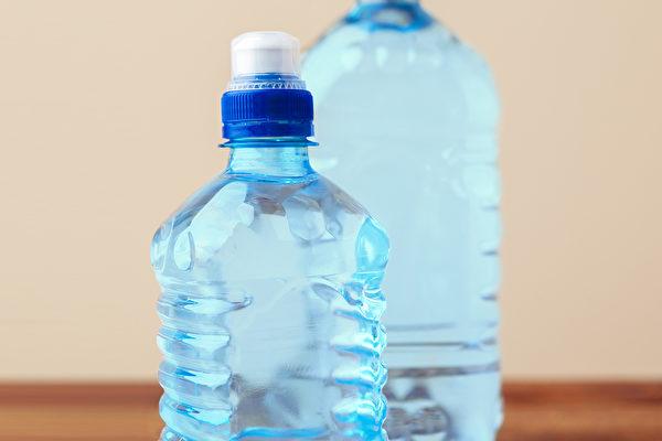 """塑胶产品(塑料制品)的包装上常常有一个数字,这就是""""回收辨识码""""。(Shutterstock)"""