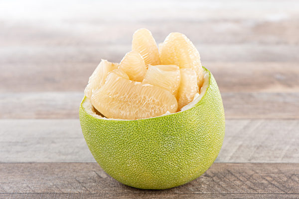 柚子不僅果肉好吃又有營養,柚子皮曬乾後還可以當天然蚊香使用。(Shutterstock)