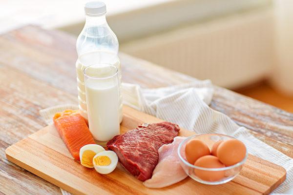 很多老年人很少吃肉,蛋白质摄取不足,容易造成肌肉流失、骨质疏松。(Shutterstock)