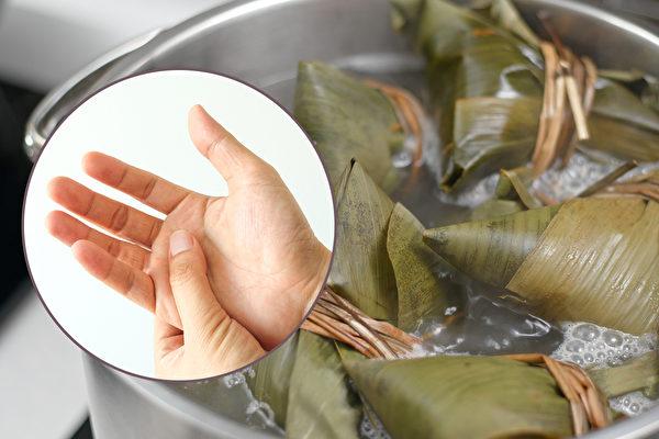 连续包粽子数量过多或时间过久,当心出现妈妈手。(Shutterstock/大纪元制图)