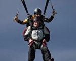 愛好冒險的95歲的耄耋老人叫亨利·馬登思(Henry Martens)高空跳伞募善款。(加通社)