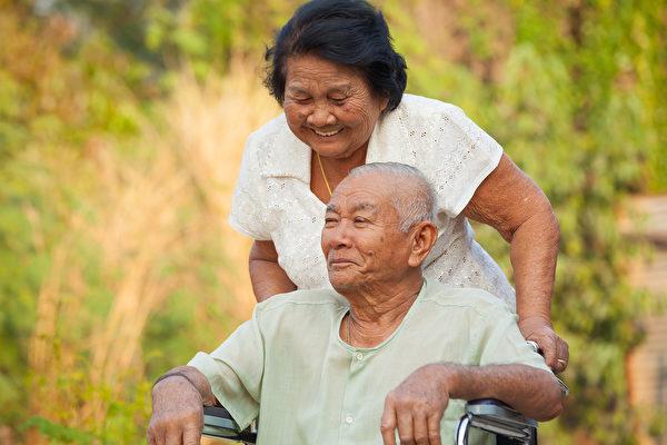 密歇根大學的心理學家發現了行善舉可以延長壽命。(Shutterstock)