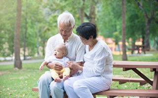 研究發現,長輩照看孫輩可以延長壽命。(Shutterstock)