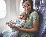 近日一位韓國媽媽帶剛滿4個月的小嬰兒搭乘長途飛機,她在飛機上的一個舉動令全艙乘客留下深刻記憶,備受讚許。示意圖。(Odua Images/shutterstock)