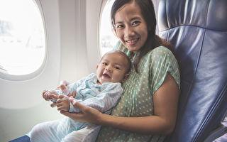 近日一位韓國媽媽帶剛滿4個月的小嬰兒搭乘長途飛機,她在飛機上的一個舉動令全艙乘客留下深刻記憶,備受贊許。示意圖。(Odua Images/shutterstock)