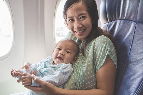 小寶寶初次搭機越洋 媽媽一個舉動暖爆全艙