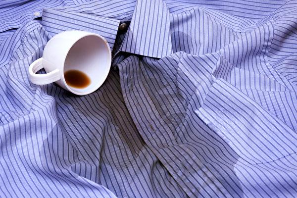 衣服沾到咖啡、茶或果汁,应该如何清洗去污渍?(Shutterstock)