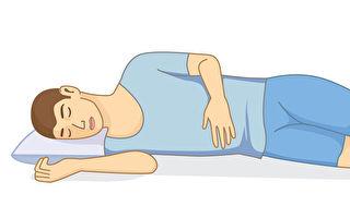 侧睡姿势不对、枕头高度不合适,都容易伤脊椎。(Shutterstock)