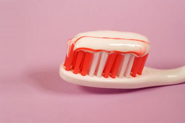 刷牙流血,其实常常是牙周病已在悄然的进行中了。(Shutterstock)