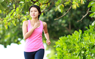 健走、散步等韵律运动是增加血清素、纾解压力的绝佳天然方法。(Shutterstock)