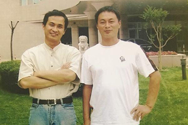 """""""709""""律师谢燕益(左)和哥哥谢维合影。(谢维提供)"""