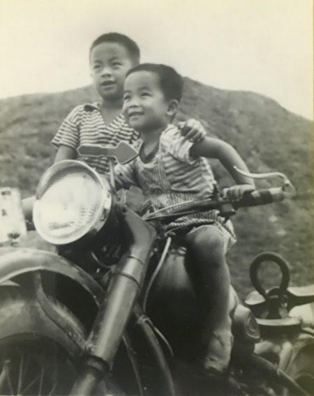 谢燕益和哥哥谢维幼年合影。(谢维提供)