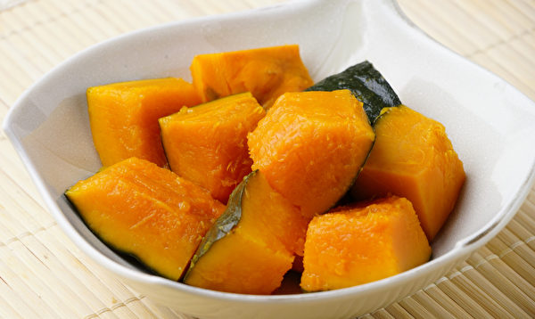 南瓜與南瓜子是抗氧化食物,可以對抗關節老化,減緩關節不適的症狀。(Shutterstock)