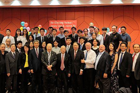 民主党第65区区领袖于金山(前排左五)与侨社各界好友、社区领袖、民主党成员及民选官员们合影。