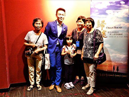 許多慕名而來的觀眾,早早排隊等候與劇中男主角姜光宇同框,一睹「雍正王朝三阿哥」的風采。
