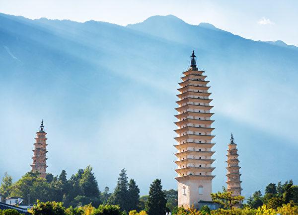 崇聖寺附近的大理古城雲南省,中國的崇聖寺三塔。景區山在後台可見。