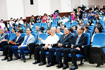 新北市長朱立倫也應邀出席吳鴻麟先生紀念獎學金頒獎典禮。