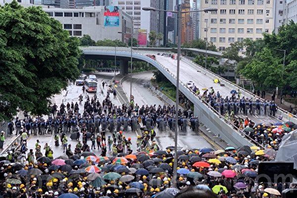组图1:七一游行前 警民对峙多人被带走