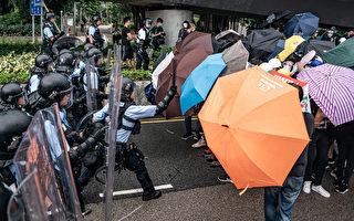 組圖2:港民以雨傘口罩抵抗噴椒和警棍