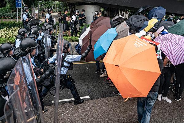 组图2:港民以雨伞口罩抵抗喷椒和警棍