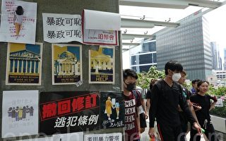 组图3:民众悼念反送中亡者并为香港加油