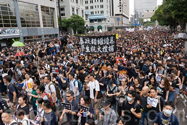 """图为7月7日香港市民于九龙举行""""反送中""""游行。(大纪元)"""