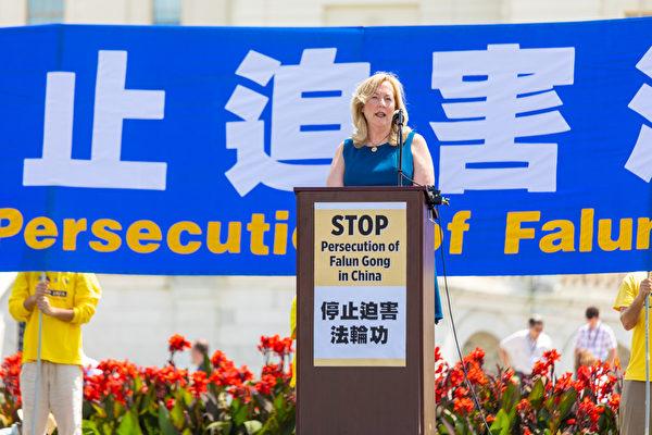 2019年7月18日,公民人权委员会专员琳达·拉格曼博士(Dr. Linda Lagemann)在法轮功反迫害20周年大型集会活动上发言。(Mark Zou/大纪元)