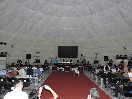 布袋高跟鞋教堂園區新地標「天幕劇院」,舉行首映場開幕儀式,來賓臥床仰望天幕的畫面。