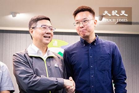 民进党主席卓荣泰(左)15日召开人事记者会,公布太阳花学运领袖林飞帆(右)就任民进党副秘书长。